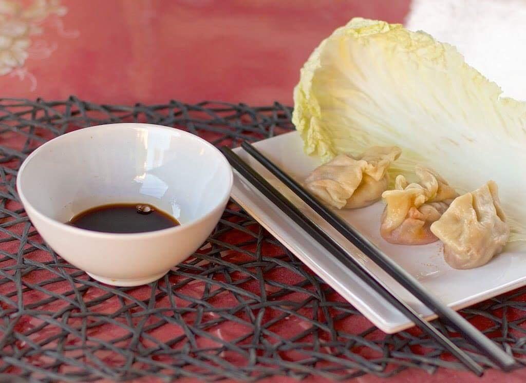 Italian American Asian fusion: ravioli al vapore con pulled pork e salsiccia
